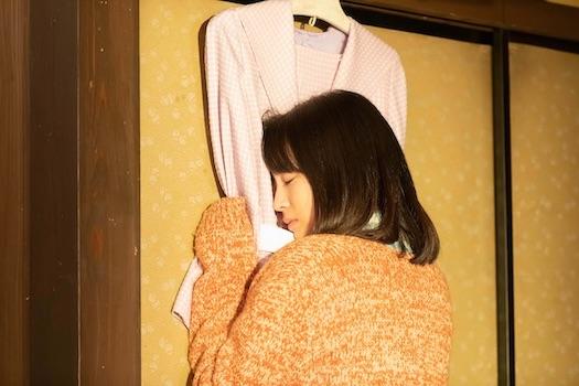 柴田家に残された千遥の服を抱きしめるなつ