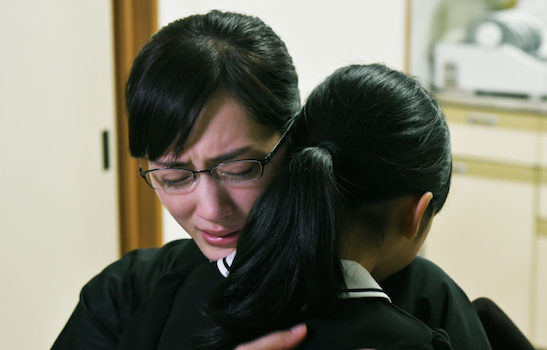 亜希子はみゆきとともに涙を流す