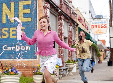 映画『ゾンビランド』ゾンビに追いかけられる女性