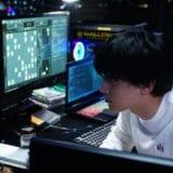 『AWAKE』対決目前本編映像解禁!一心不乱にコンピュータと向き合う、吉沢亮と若葉竜也!世紀の対決目前!