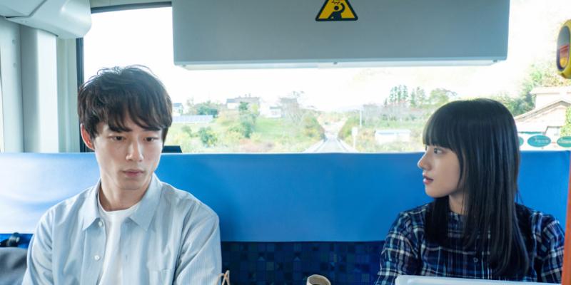 朝ドラ『おかえりモネ』第5週21話あらすじ・ネタバレ感想!バスの中で遭遇した菅波は百音が気象予報士の本を読んでいるのを見て…